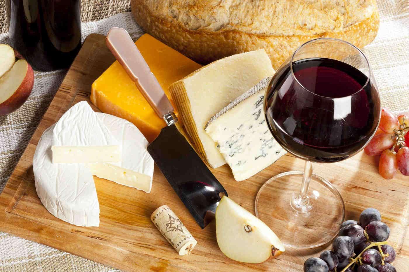 Ce efecte au consumul de brânză și de vin roșu asupra creierului? [studiu]
