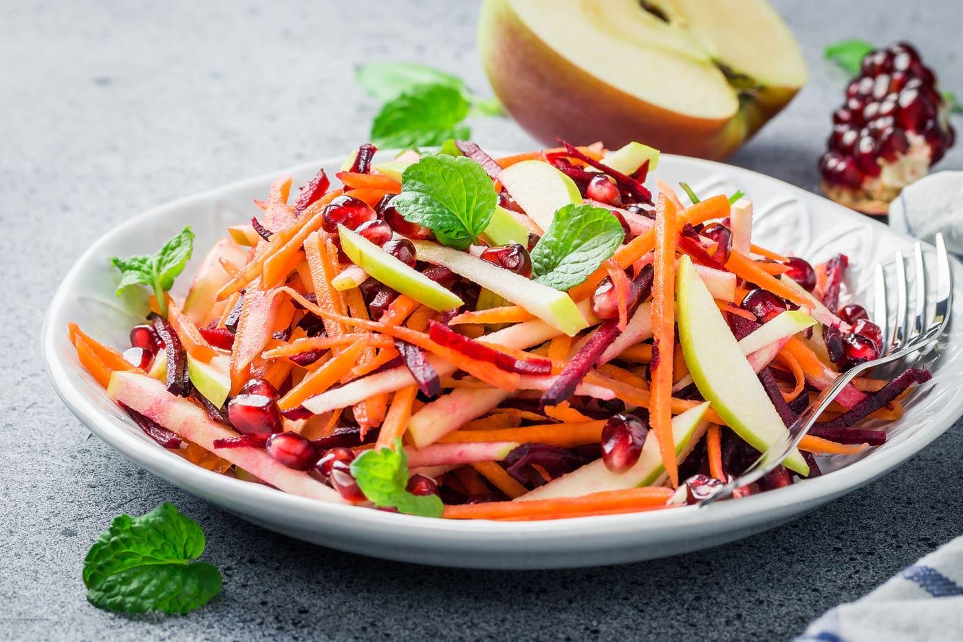 """Salată """"Vitamina"""" cu țelină, morcovi, sfeclă roșie, mere și susan"""