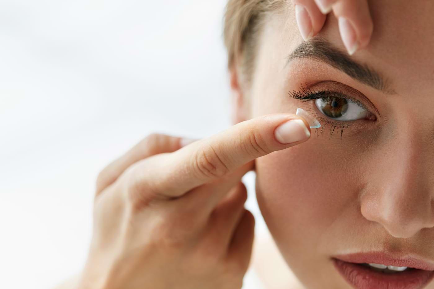 Cât de grav este este să faci duş sau să dormi cu lentile de contact?