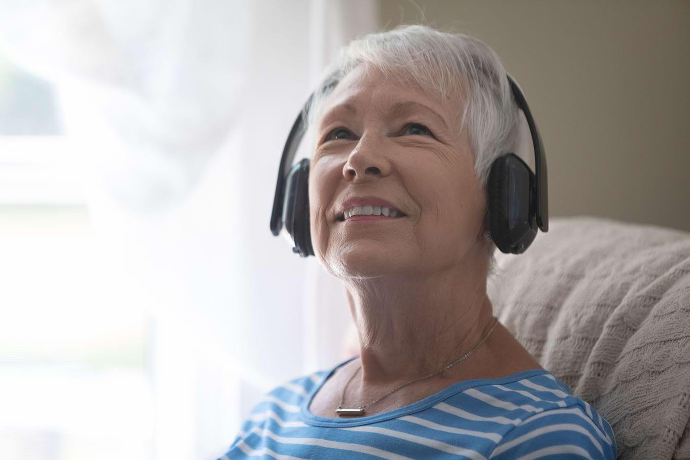 Vârstnicii care ascultă muzică relaxantă seara dorm mai bine (studiu)