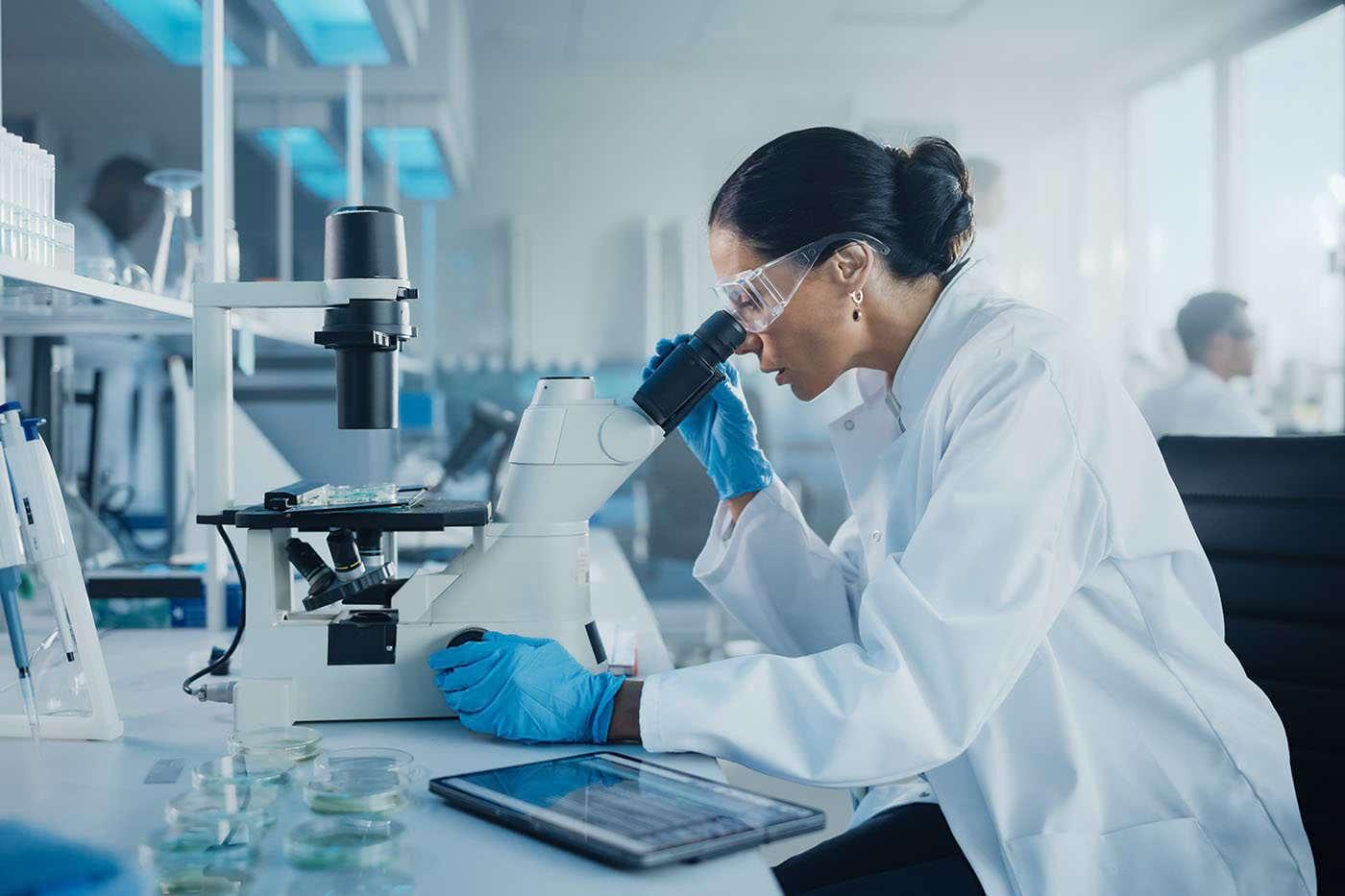 Pfizer va dezvolta până la finalul anului un tratament oral adresat COVID-19