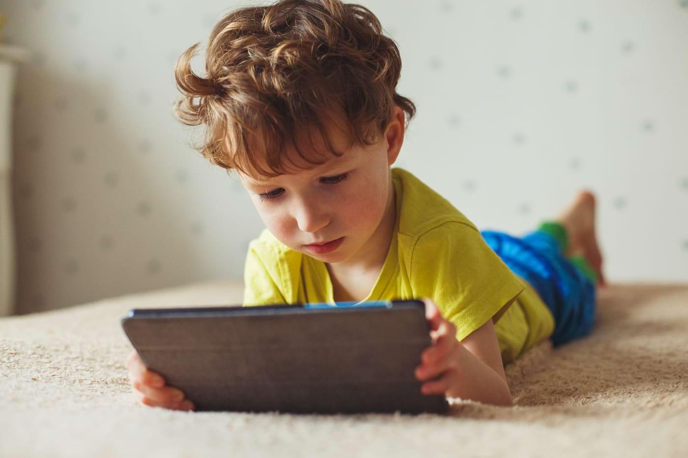 Ce legătură există între privitul la TV și problemele de atenție la copii? [studiu]