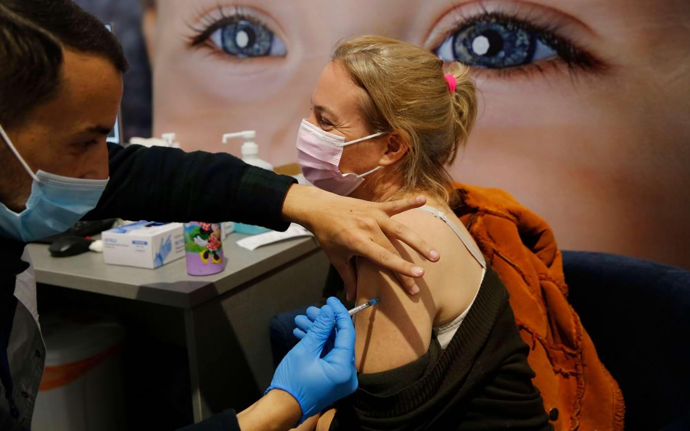 Persoanele vaccinate anti-COVID-19 au o încărcătură virală de 4 ori mai mică față de o persoană nevaccinată