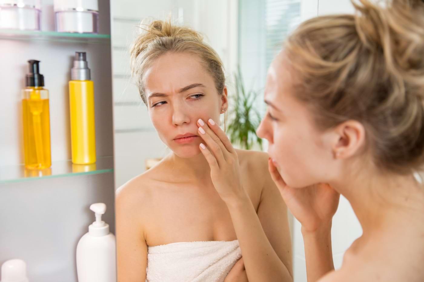 Te trezești cu fața umflată dimineața? 7 cauze posibile
