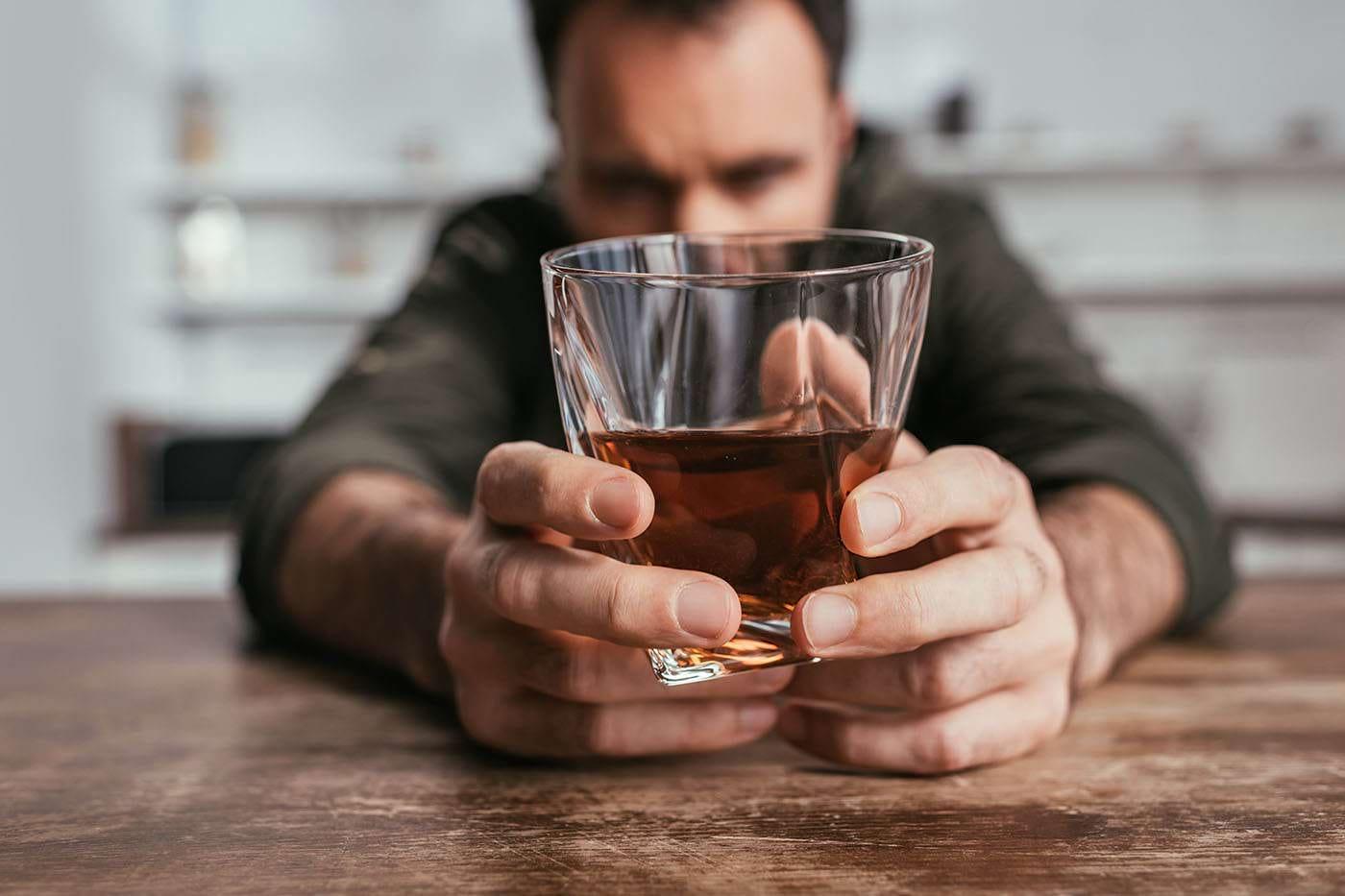 Depresia și anxietatea, factori de risc pentru creșterea consumului de alcool în pandemie [studiu]