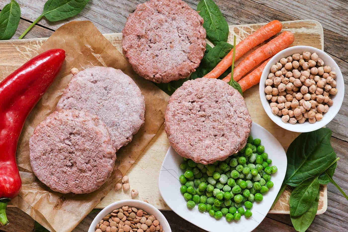 Carnea și înlocuitorii de carne: care sunt diferențele nutriționale?