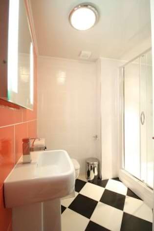 25bv bathroom 1