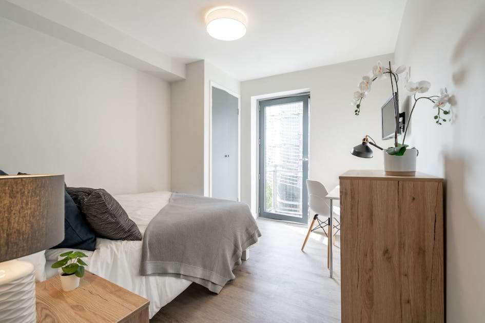 1FSF4 - Bedroom