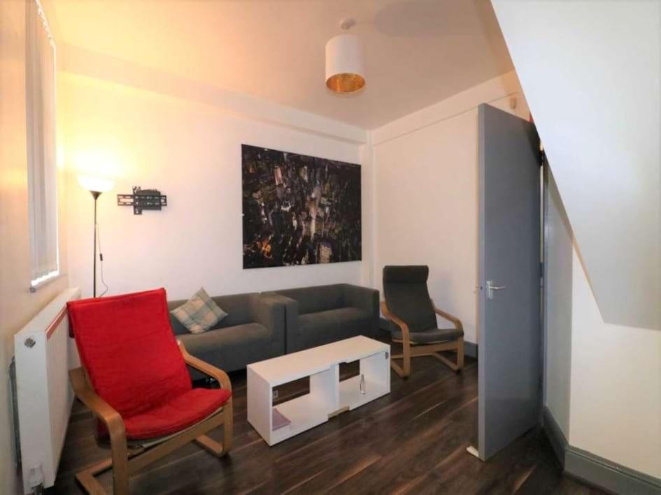 Gilroy lounge pic 2